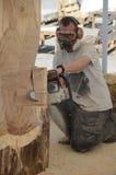 Bildhauer mit Kettensäge Lizenzfreie Stockbilder