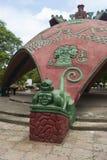 Bildhauerische Affe-Ecke des Kiosks in Park Bernabela Ramos herein Stockfoto