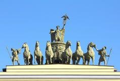 Bildhauerische Gruppe auf Bogen des Generalstabs im St. Petersburg Stockfoto