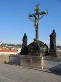 Bildhauerische Gruppe an der Charles-Brücke. Stockfotos