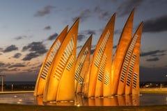 Bildhauerische Gruppe segelt mit ändernden Farben bei Sonnenuntergang in Aschdod lizenzfreies stockbild