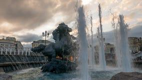 Bildhauerische Gruppe vier Jahreszeit-Brunnen-Geysir mit stock video footage