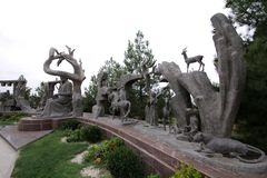 Bildhauerische Gruppe, welche die Helden der Arbeiten des Dichters durch Nizami Ganjavi, Gorkhmaz Sujaddinov Autor darstellt lizenzfreies stockfoto