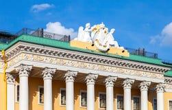 Bildhauerische Zusammensetzung auf dem Dach von Lobanov-Rostovskypalast Stockfotografie