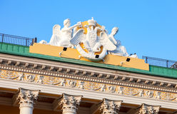 Bildhauerische Zusammensetzung auf dem Dach von Lobanov-Rostovskypalast Stockfoto
