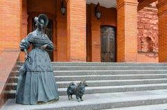 Bildhauerische Zusammensetzung Dame mit Hund nahe regionalem Dramatheater, Mogilev, Weißrussland Lizenzfreie Stockbilder