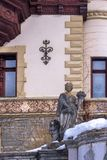 Bildhauerische Zusammensetzung des 19. Jahrhunderts und des Teils der Architektur von Sinai, Rumänien im Winter lizenzfreie stockbilder
