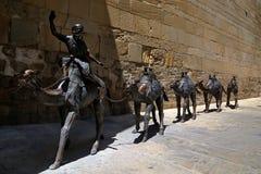 Bildhauerische Zusammensetzung mit einem Wohnwagen von Kamelen lizenzfreie stockfotografie