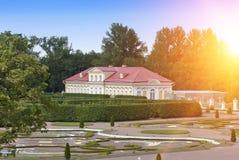 Bildhus, mitt av det 18th århundradet Oranienbaum Lomonosov fäll ned parken Royaltyfri Foto
