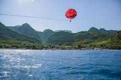 Bildibi, Turquía 23 de julio de 2016 Skydiver en un paracaídas rojo sobre el mar Mediterráneo Imagen de archivo