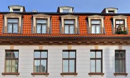 Bilding med tegelplattataket i gammala Riga Royaltyfria Bilder