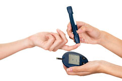 Bildläsaren för metern för glukos för doktorsarminnehavet på patienter fingrar och mäter bildskärmen i annan hand Royaltyfria Foton