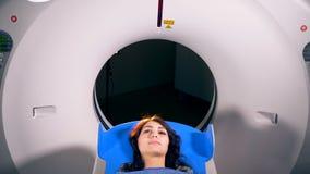 Bildläsning för läkarundersökning MRI som göras på en ung kvinna stock video