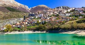 Bildmässig smaragdsjö - Lago di Barrea och medeltida by in Arkivfoto
