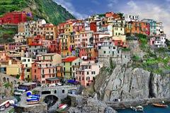 Bildmässiga Ligurian seglar utmed kusten royaltyfri foto