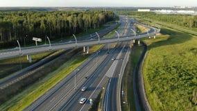 Bildmässigt förorts- trafikutbyte med modern belysning stock video