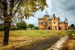 Bildmässigt höstlandskap med den gamla slotten Arkivfoton