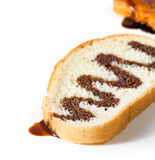 Bildscheibe des Weißbrots wässerte mit flüssiger Schokolade Lizenzfreie Stockfotografie