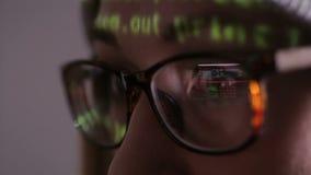 Bildschirm reflektierte sich in Hacker ` s Gläsern stock footage