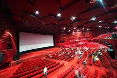 Bildschirm und Reihen der Stühle im Kino Stockbild