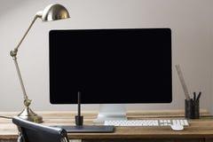 Bildschirm und Tastatur und Maus auf einer hölzernen Tabelle mit Whit Lizenzfreies Stockbild