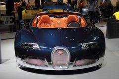Bildschirmanzeige der Dubai-Autoausstellung NOVEMBER-14-2011 Bugatti Stockbilder