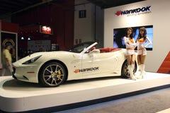 Bildschirmanzeige der Dubai-Autoausstellung NOVEMBER-14-2011 Hankook Stockbilder