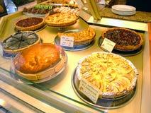 Bildschirmanzeige der Torten in einer französischen Bäckerei Lizenzfreie Stockfotos
