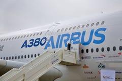 Bildschirmanzeige durch den Airbus A380 am internationalen Handels Stockfotos