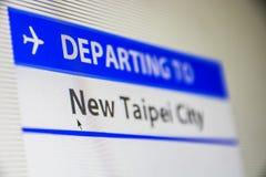 Bildschirmnahaufnahme des Fluges zu neuer Taipeh-Stadt Stockfotografie