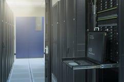 Bildskärmkonsol och server i datorhall Arkivbilder