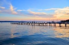 Bildsonnenuntergang auf dem Seeliegeplatz stockbild