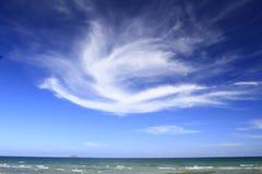 Bildung des blauen Himmels und der Wolke, zum Suphannahong-Schiffs des Königs von Thailand zu sein königliches Boot Dieser Schuss Stockbilder