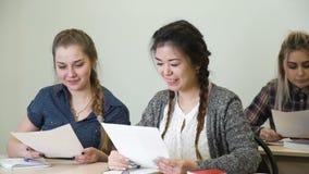 Bildung, die Schulhohe niedrige Testgrade lernt stock video