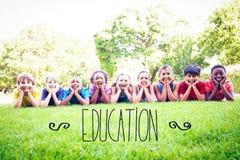Bildung gegen glückliche Freunde im Park Lizenzfreie Stockfotografie