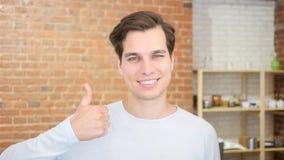 Bildung und Schule - glücklicher Student, der sich Daumen zeigt lizenzfreies stockfoto