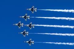 Bildung von Düsenflugzeugn fliegt im Team in blauen Himmel Stockfotografie