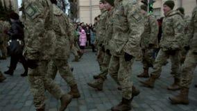 Bildung von den Soldaten in der Uniform marschierend auf die Pflasterung auf der Straße stock footage