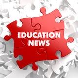 Bildungs-Nachrichten auf rotem Puzzlespiel Stockfotografie