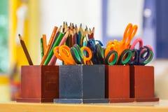 Bildungsausrüstung in einem Klassenzimmer Stockbild