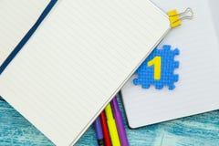 Bildungskonzept auf blauem hölzernem Hintergrund Stockfotos