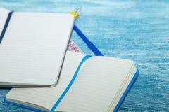 Bildungskonzept auf blauem hölzernem Hintergrund Stockfotografie
