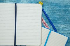 Bildungskonzept auf blauem hölzernem Hintergrund Stockfoto