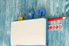 Bildungskonzept auf blauem hölzernem Hintergrund Lizenzfreie Stockfotos