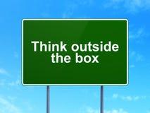 Bildungskonzept: Denken Sie außerhalb des Kastens auf Straße Lizenzfreie Stockfotos