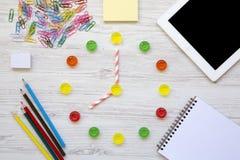 Bildungskonzept, zurück zu Schule Uhr hergestellt von den bunten süßen Süßigkeiten Acht O-` Uhr auf Uhr Zubehör für Studie über W Lizenzfreies Stockfoto