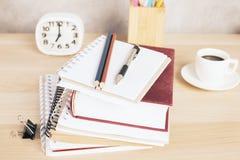 Bildungskonzeptbücher und -briefpapier Lizenzfreie Stockfotografie