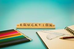 Bildungsnotizbuch und farbige Bleistifte Lizenzfreies Stockfoto
