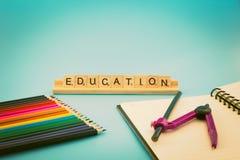 Bildungsnotizbuch und farbige Bleistifte Lizenzfreie Stockfotos