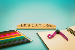 Bildungsnotizbuch und farbige Bleistifte Lizenzfreie Stockbilder